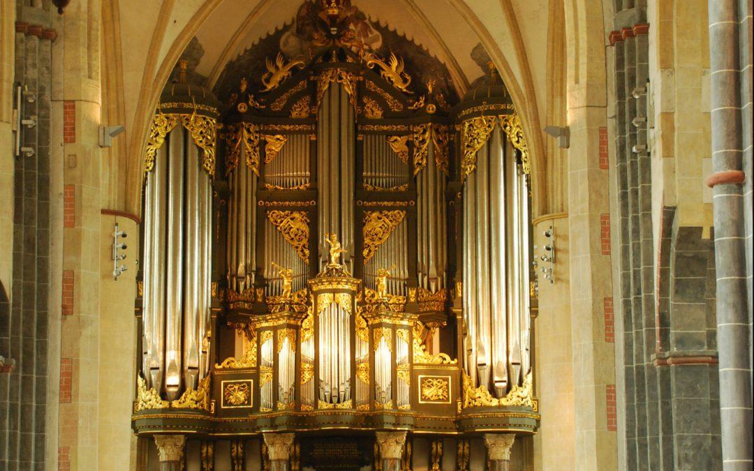 Martinikerk Groningen neemt kroonluchters in gebruik